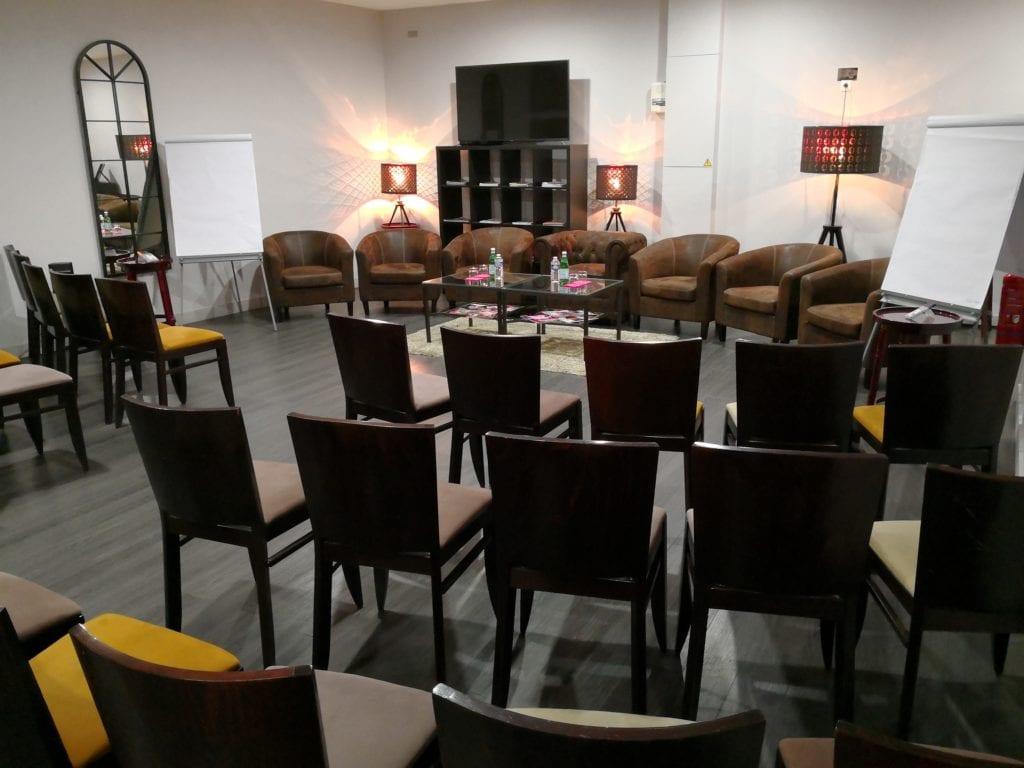 Format conférence avec fauteuils clubs
