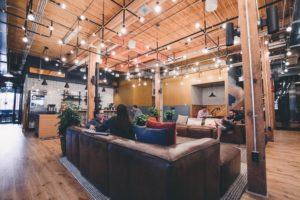 Belle espace de coworking lounge pour chiller