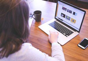 Etudiante sur son ordinateur dans un espace de coworking