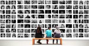 Mur de portraits photos en N&B