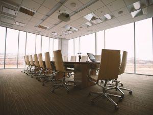Une salle de visioconférence
